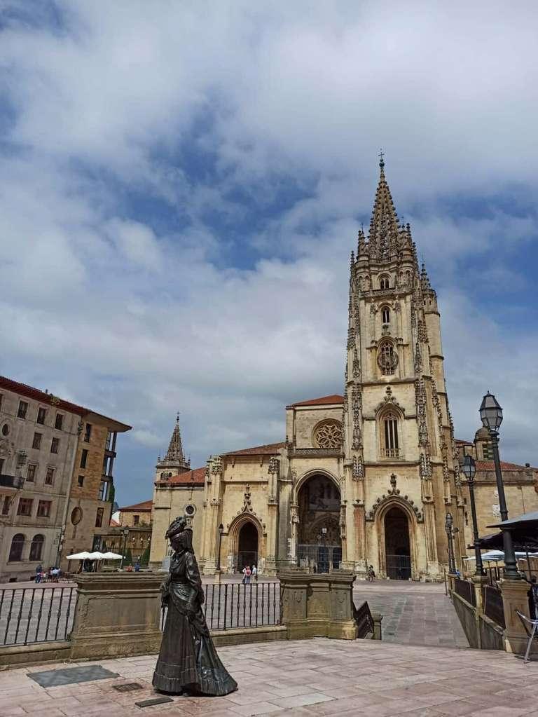 Catedral de El Salvador de Oviedo con la estatua de La Regenta